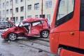 Policajti vyšetrujú nehodu dvoch áut a autobusu v Bratislave