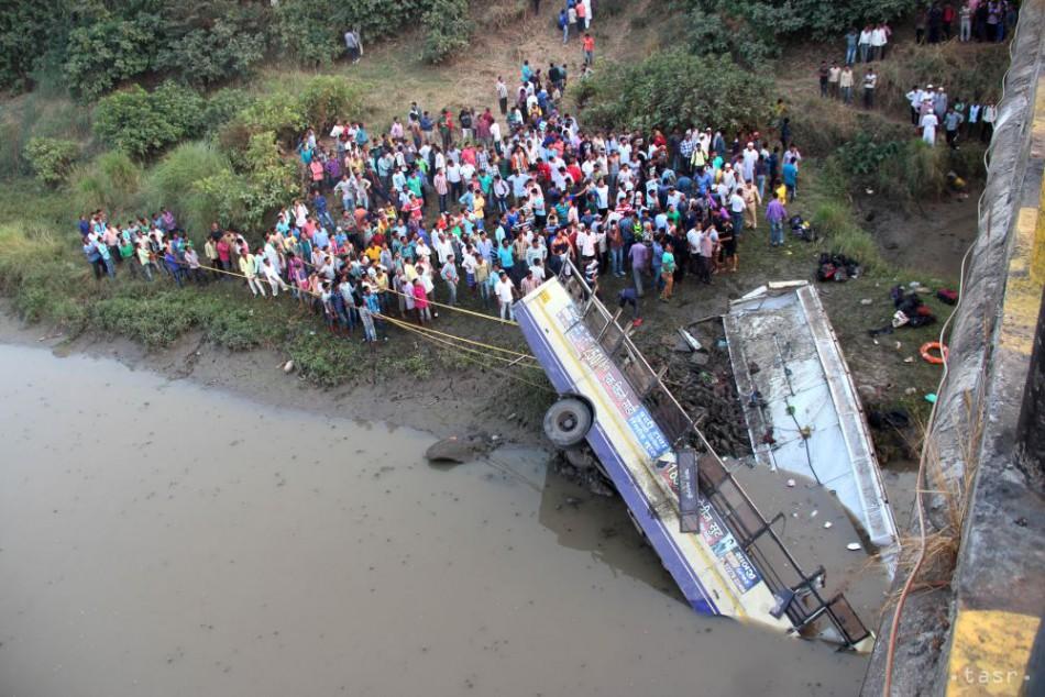 FOTO: V Indii sa z mosta zrútil autobus, zahynulo najmenej 41 ľudí
