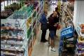 BEZ HANBY: Traja muži kradli v potravinách v Hlohovci a Dvorníkoch