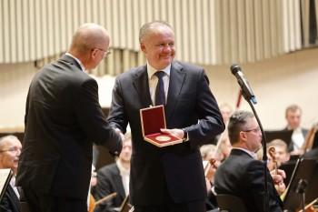 STU v Bratislave udelila prezidentovi A. Kiskovi Medailu Jura Hronca