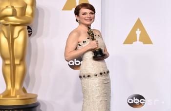 Búrlivé odovzdávanie 87.ročníka cien Oscarov, polonahý Neil Patrick