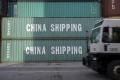 Čínske firmy urýchľujú export do USA pred zavedením nových ciel