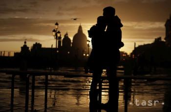 Pár sa objíma pri západe slnka v Benátkach v nedeľu 17. novembra 2019. Benátky by mali zažiť určitú úľavu po niekoľkých dňoch záplav. V meste sa očakáva pokles hladiny vody, pričom v pondelok by sa mali znovu otvoriť školy, informovala agentúra DPA s odvolaním sa na predstaviteľov mesta. Nepriaznivý vývoj počasia však čaká iné časti krajiny.