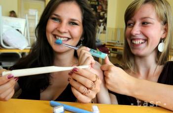 Väčšina ľudí si nečistí zuby správne. Dôležitá je technika, nie čas