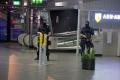 Polícia sprísnila ochranu letiska v Amsterdame, okolie ráno prehľadali