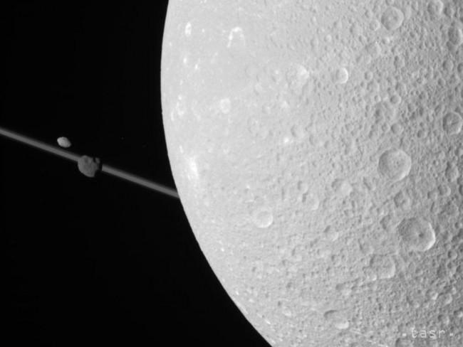 Sonda Cassini sa dostala k atmosfére planéty Saturn