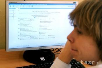 Čím dlhšie ľudia internet využívajú, tým viac jeho hodnovernosť klesá