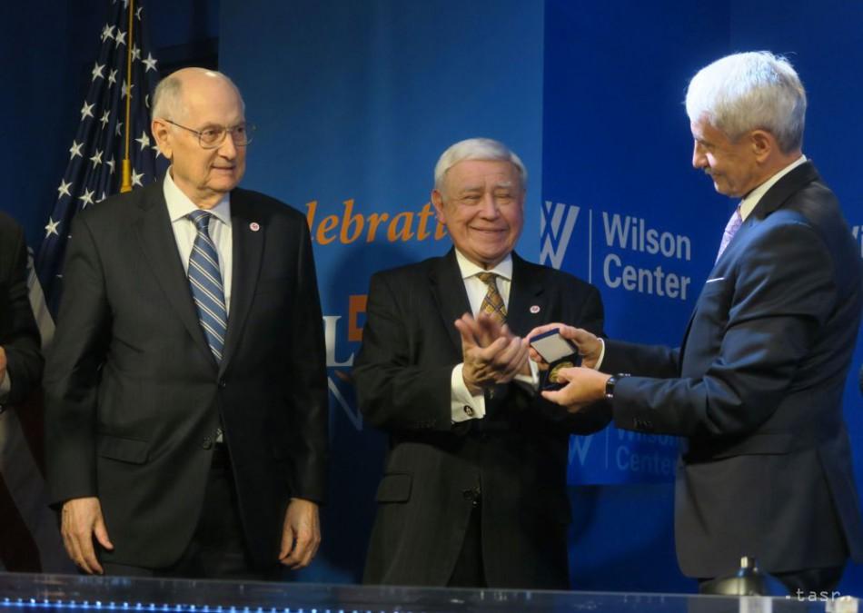 OBRAZOM  Mikulášovi Dzurindovi vo Washingtone udelili Medailu cti 6dfcceb666