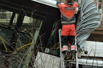 Autobus po nehode skončil v B. Bystrici v potoku