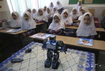Učiteľ zostrojil robota, ktorý učí deti každodenným modlitbám