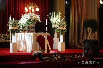 Žena kladie kvety počas verejnej rozlúčky so zosnulým českým a československým spevákom Karlom Gottom v Paláci Žofín na Slovanskom ostrove v Prahe v piatok  11. októbra 2019. Umelcov pohreb so štátnymi poctami sa uskutoční v sobotu 12. októbra o 11.00 h v Katedrále svätého Víta na Pražskom hrade.