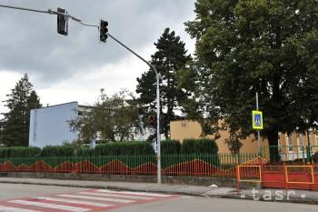 Bezpečnosť detí pri škole a škôlke zvýšilo namontovanie semaforu