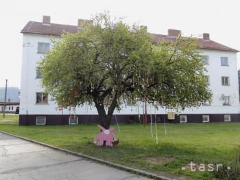 Hliník nad Hronom: Veľkonočný strom zdobia stovky maľovaných kraslíc