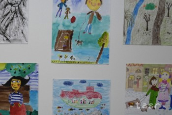 Detskí pacienti kreslili Vianoce pre výstavu Kúsok šťastia