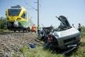 Vlak v Rakúsku tlačil nákladiak od železničného priecestia 150 metrov