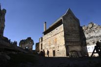 Obnovená hospodárska budova pri hrade Uhrovec