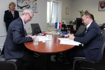 Riaditeľ ŠPÚ Ľ. Hajduk podpísal Zmluvu o spolupráci s dekanom FiF UK