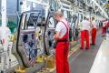 Automobilky ťahajú zvyšovanie platov v strednej Európe