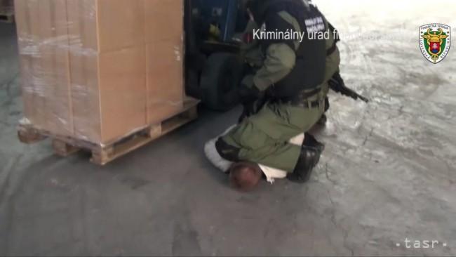 c0ee8d0022 Asi šesť miliónov kusov nelegálnych cigariet a približne osem ton tabaku  odhalili colníci z Kriminálneho úradu finančnej správy (KUFS) v  Trenčianskom kraji.