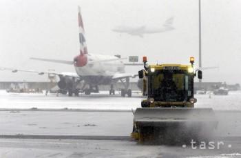 Letisko Heathrow zrušilo kvôli zlej viditeľnosti zhruba stovku letov