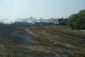 Hasiči zasahujú pri požiari strniska pri obci Okoč